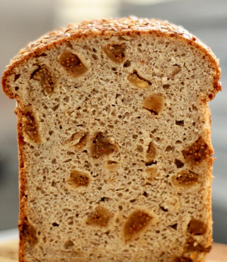 Pão de figo com sementes, água de flor de laranjeira e fermentação natural sem glúten