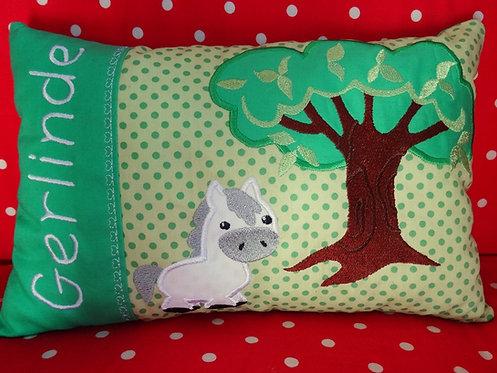 Pferd unterm Baum Namenskissen in Wunschfarbe