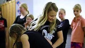 Lapset kokeilevat liikuntalaattoja