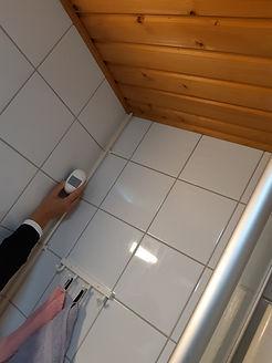 Sensori kylpyhuoneen seinässä