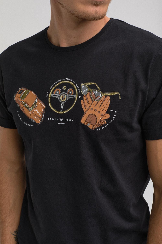 """photo de mode masculine en couleur cadré en format portaitit. Photo d'un buste d'homme portant un tee-shirt de la marque de prêt-à porter """"Benson & Cherry"""" de couleurs noir avec une sérigraphie d'un dessin représentant une voiture de la marque porshe, d'un volant de voiture, d'une paire de gants ainsi qu'une paire de lunettes"""