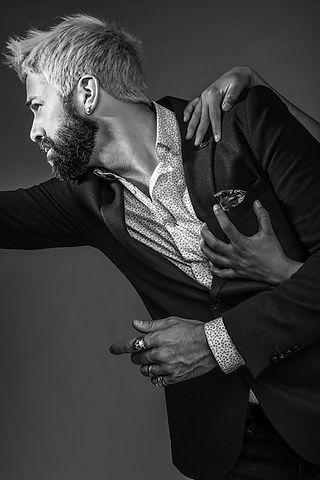 benson cherry modele chemise motif blazer noir classique homme mature mains femme