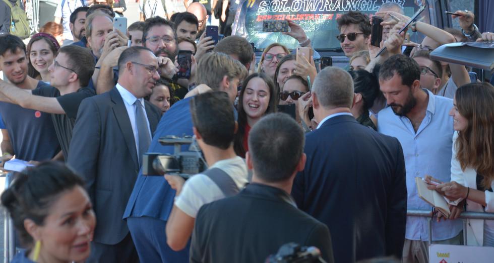 Nikolaj Coster-Waldau mantenint contacte amb tots els assistents que han anat a veure'l
