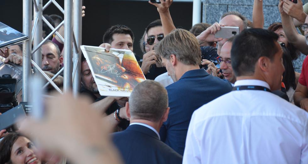 Nikolaj Coster-Waldau apropant-se a tots els assistents per fer-se fotos i signar autògrafs