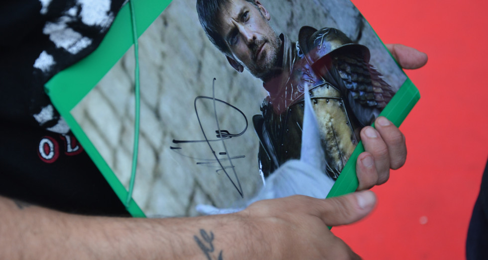 Un dels afortunats que ha aconseguit un autògraf de Moments de nervis entre els assistents per aconseguir una imatge, una signatura o unes paraules de Nikolaj Coster-Waldau