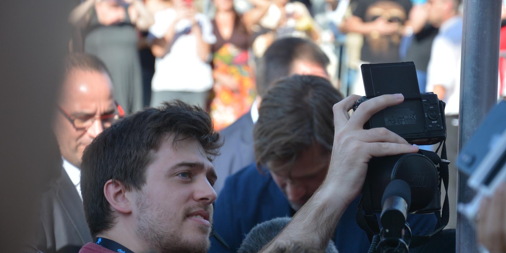 Un fan sense desaprrofitar l'ocasió d'aconseguir un esperat selfie amb l'actor