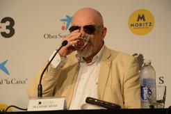 L'actor bebent aigua després i amb les ulleres de sol que han caracteritzat aquesta roda de premsa