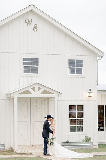 Wedding Venue The Alexander in Dripping Springs, with WindSong Ban and onsite cottage lodging, is the perfect wedding venue for Stephanie Gerry Gilbert and her now-husband Aaron, who celebrated their nuptials there.  KXAN featured the event on Studio 512