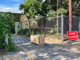 The Thames Path goes under the railway here