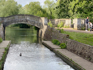 The stone bridge at Iffley Lock carries the towpath to the lock island