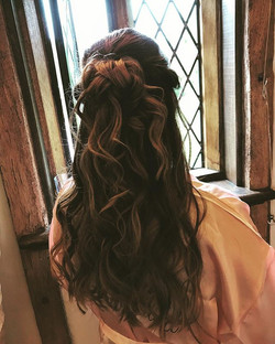 Loose curls for this bridesmaid.