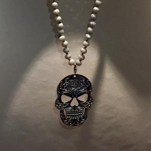 """sautoir perles """"gris taupe"""" et pampille tête de mort argentée en acier inox"""