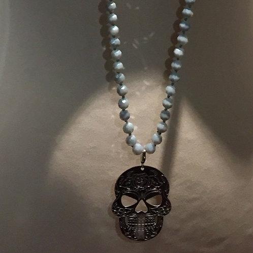 sautoir perles grises et pampille tête de mort argentée en acier inox