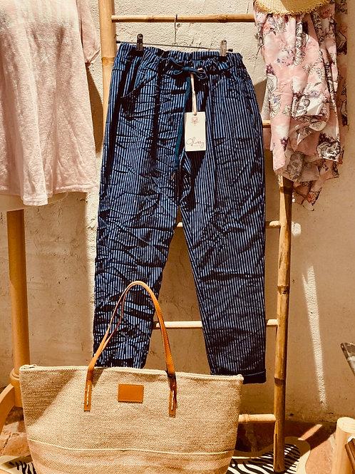pantalon froissé rayé bleu marine et blanc