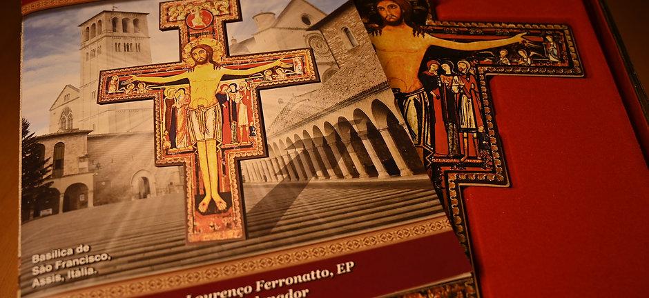 Cruz de São Damião e livro explicativo