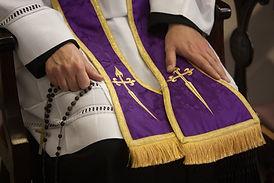 Padre atendendo confissão