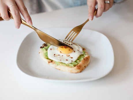 Breakfast in 5 Minutes | Egg on Avocado Mini Naan Toast