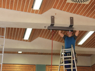 Montage einer Trapezbefestigung im Jugendzentrum Quibble