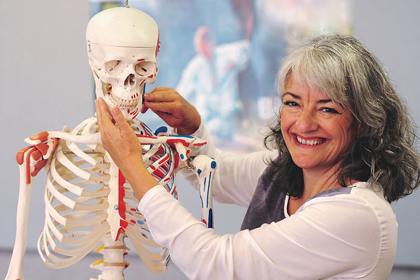 Kathrin mit Skelett.jpg