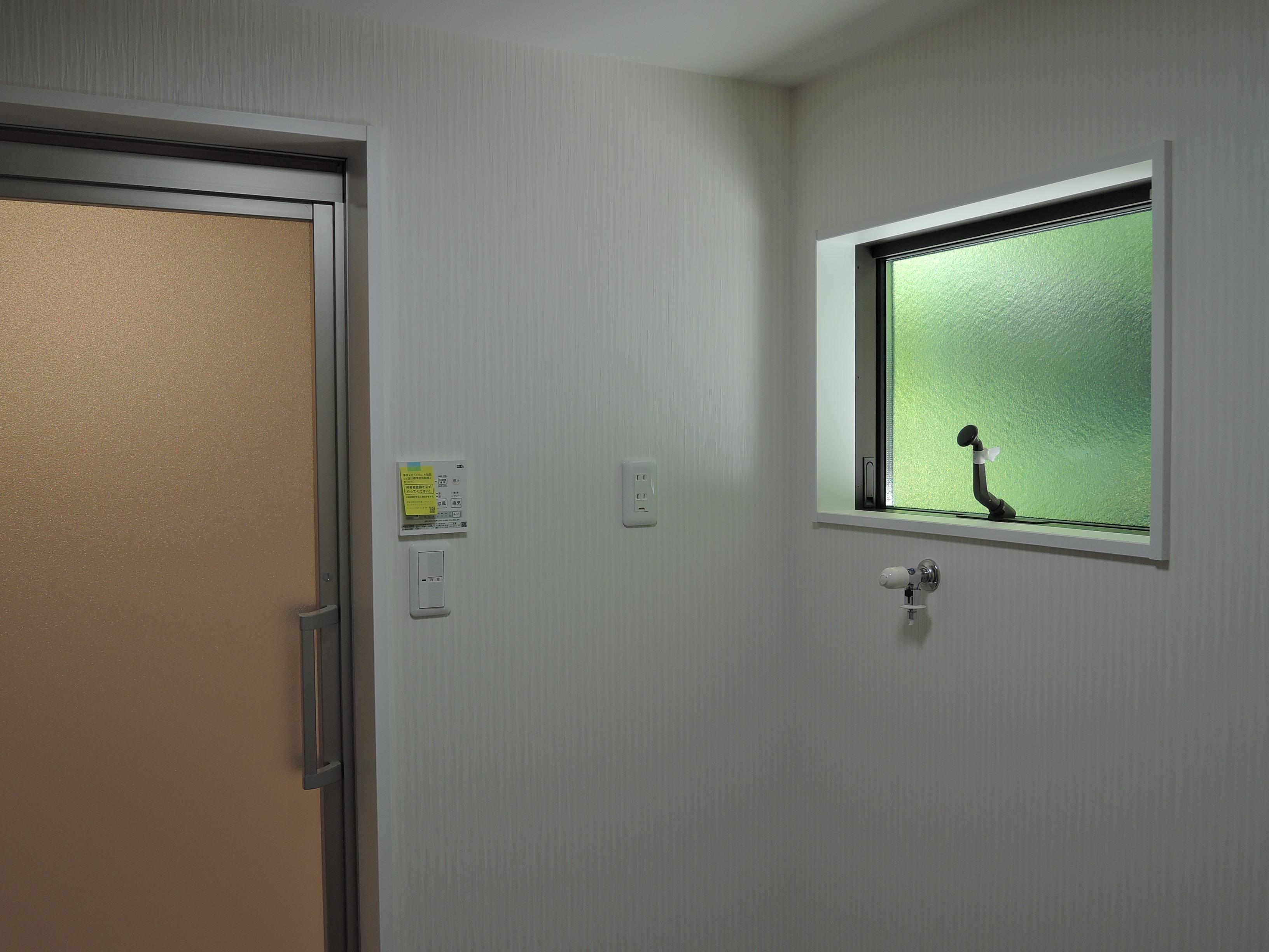 脱衣室から浴室を見る