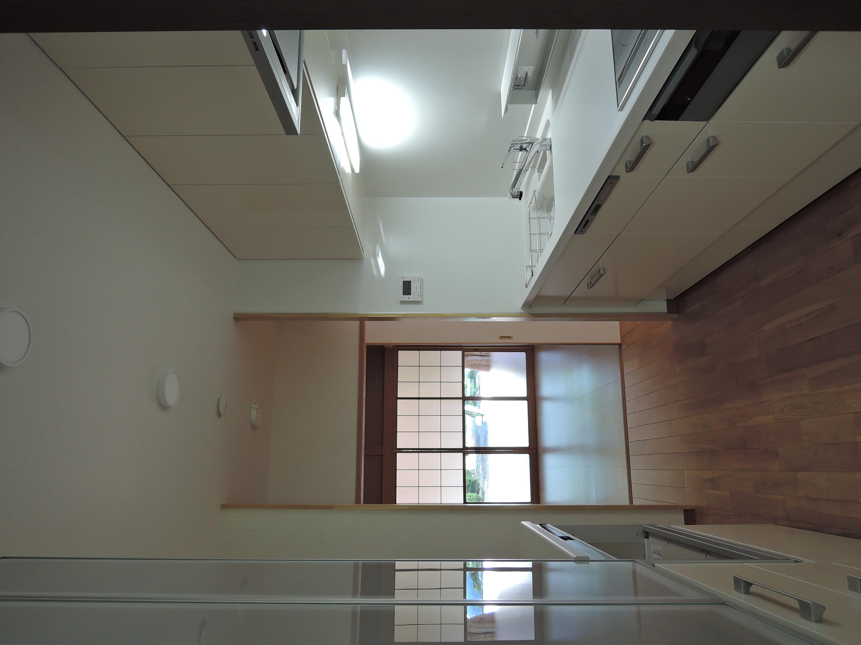 新しいキッチンから和室を見る