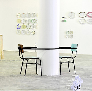João e Maria, 2018. Instalação de cadeiras e fita isolante. 150x140cm