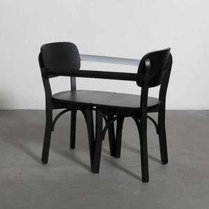 Joana e João, 2018. Instalação de cadeira e fita isolante. 110x80x63cm