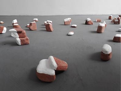tamandua , formiga e o buraco, , 2018. Instalação de pedra e argila, dimensão total variável. cada objeto varia entre 3 a 25 cm de altura. Com Silvia Jábali