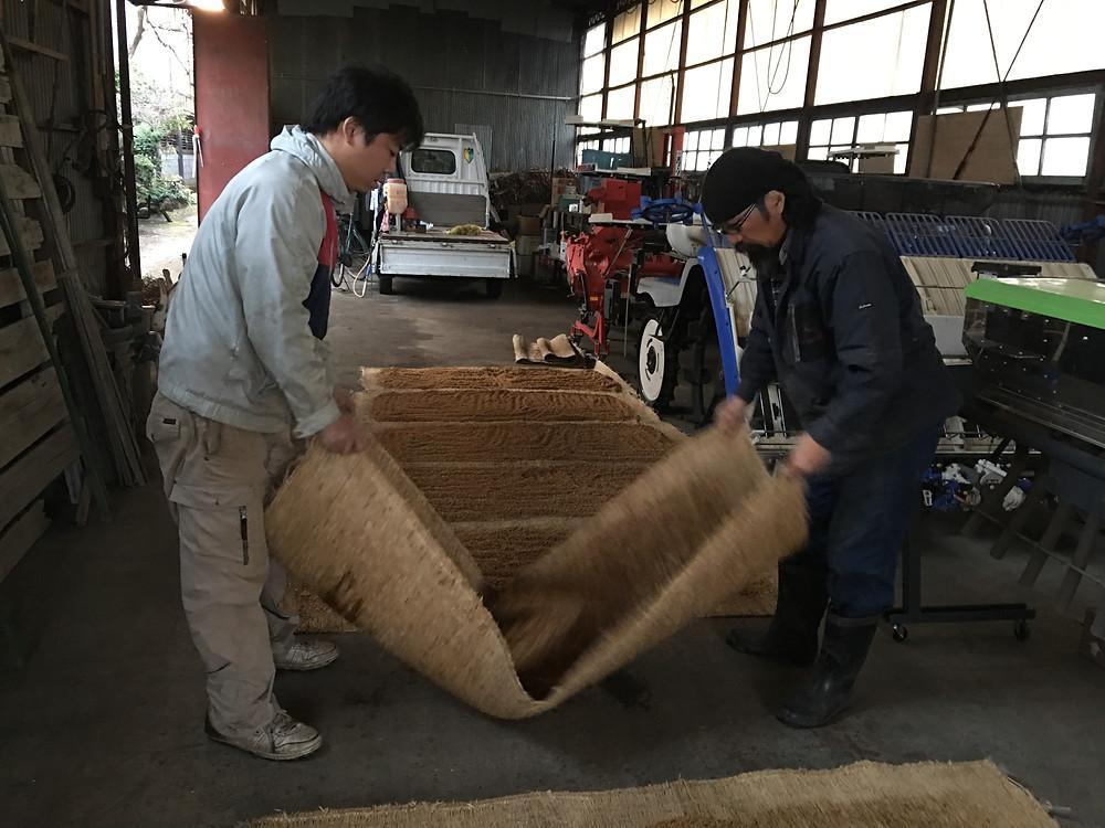 種籾を均等に乾燥させるために混ぜている様子