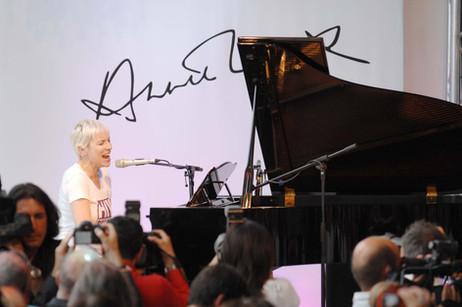 Annie Lennox stellte bei Burda Live erstmals in Deutschland ihre SING-Kampagne vor, die sich für Aidskranke in Südafrika einsetzt.