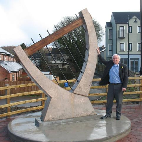 """""""הנבל"""" פסל חוצות בעיר קסלבלייני באירלנד"""