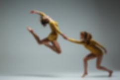 2人の女性が踊ります