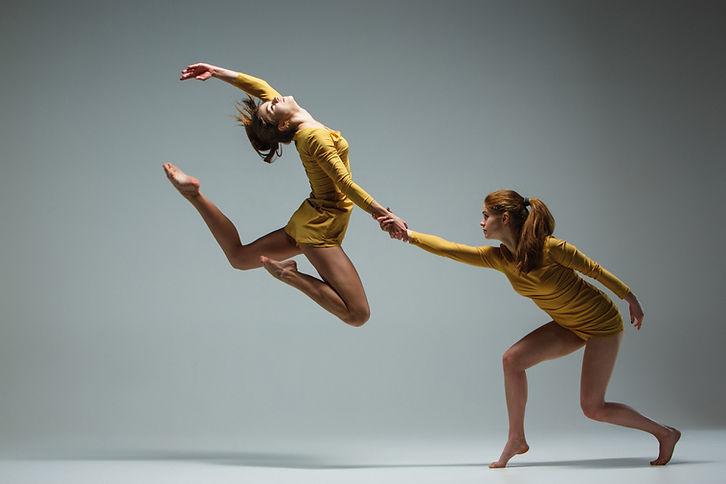 Dos mujeres que bailan