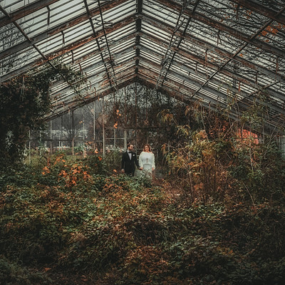 Jesień w opuszczonej szklarni, sesja ślubna pełna miłości i magii