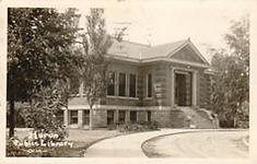 Photo postcard of the Huron, South Dakota Carnegie building.