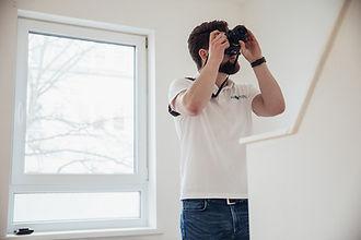 Fotograf macht Foto von Wohnobjekt