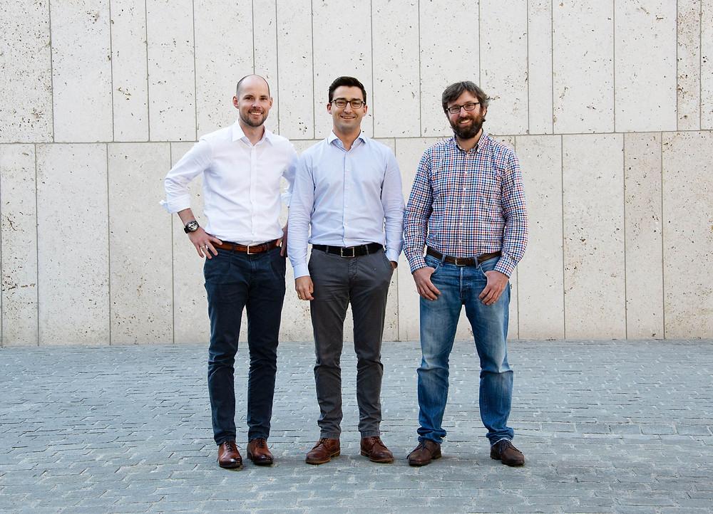 Dr. Johannes Schmalz (links) und Dr. Markus Westermeier (Mitte) entwickelten die Idee zu Spanflug während Ihrer Promotion am iwb der TU München und gründeten das Unternehmen im Januar 2018 gemeinsam mit Dr. Adrian Lewis (rechts).