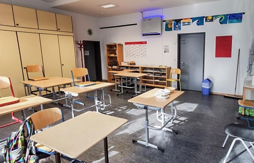 Klassenzimmer mit installiertem UV Desinfektionsgerät von Heraeus.