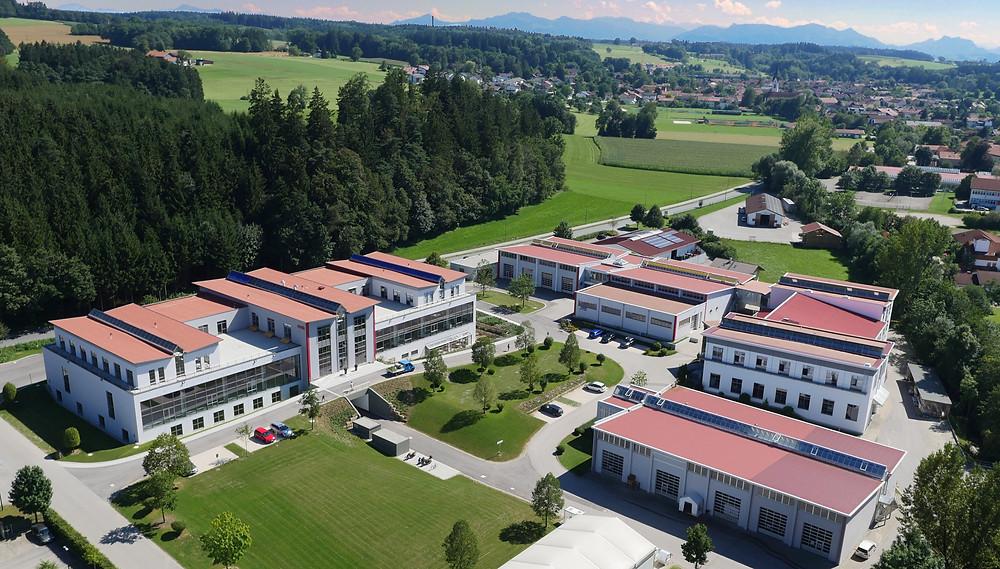 Im bayerischen Amerang befindet sich der Hauptsitz von SOMIC. Vier eigenständige Geschäftsbereiche setzen ihre individuellen Kompetenzen gezielt ein, um SOMIC-Spitzenprodukte für den Weltmarkt entstehen zu lassen.