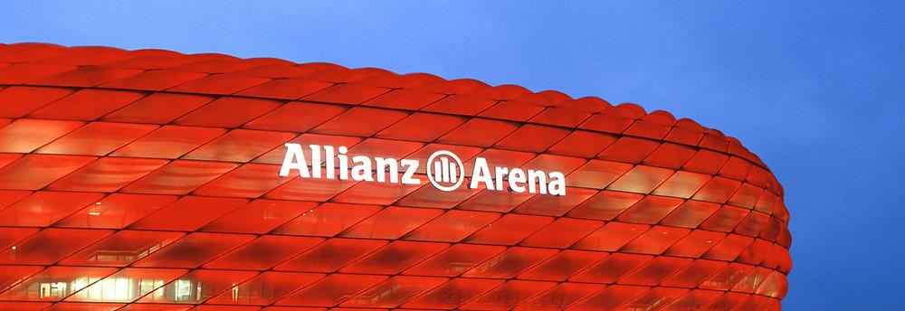 Eine Lichtwerbung, die fast jeder kennt, an der Allianz-Arena in München, hergestellt von Fischer.