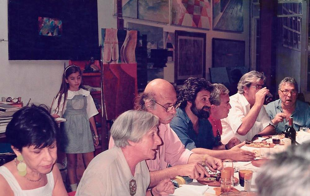 """Reunión de pintores en el taller. Entre ellos se encuentran Oscar Smoge, Roberto """"Cachete"""" Gonzalez"""