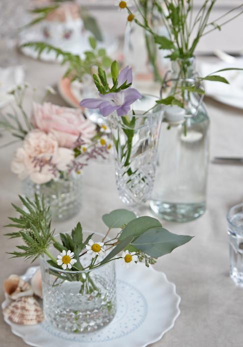 Lifestyle photography, table setting, flowerts, decoration, lifestyle photographer Chrsitina Bull