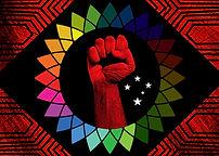 Resistência e luta são as palavras de ordem. Num cenário onde a ordem e o progresso dão lugar à balbúrdia política e social e onde os retrocessos são cada vez mais evidentes, luta e resistência se fazem cada vez mais necessárias. Nossa bandeira será vermelha sim, vermelho do paubrasil, do urucum, vermelho do sangue derramado de nossos nativos e daqueles que foram arrancados de suas terras para serem escravizados aqui. Será vermelha para que os antepassados não sejam jamais esquecidos. Somos uma nação multicultural, mestiça, mesclada, diversa, mas que não se reconhece como tal, não respeita suas diferenças, nem suas raízes. Somos uma nação que degrada e violenta tudo que considera diferente ou inferior. Que a luta se erga no horizonte. Basta!