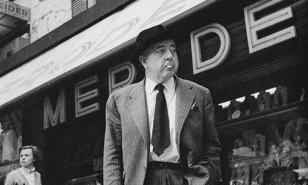 Jacques Prévert a Parigi nel 1955. Foto di Robert Doisneau (particolare).