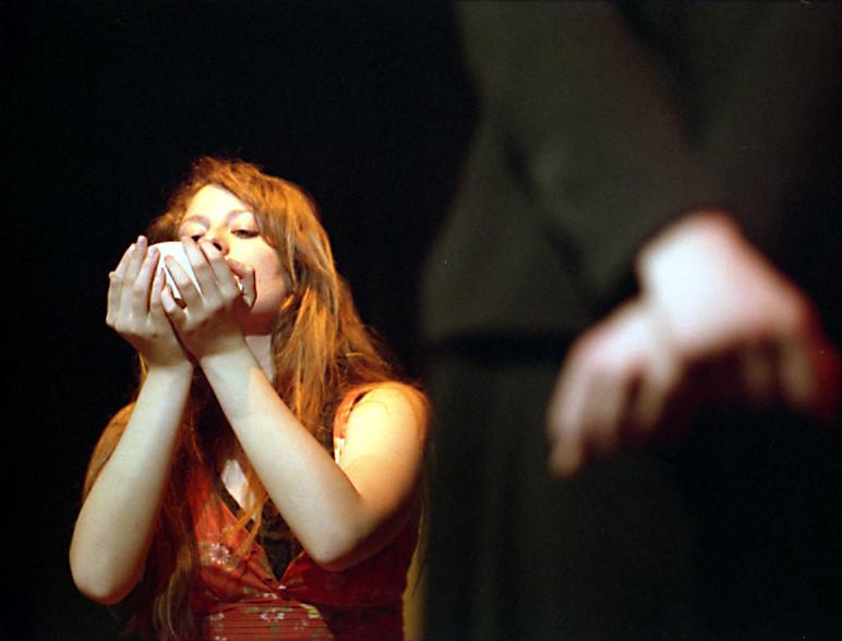 """Nella foto: Martina Sacchetti ne """"Le serve"""" di Jean Genet. Scuola di Teatro, stagione 2004-2005."""