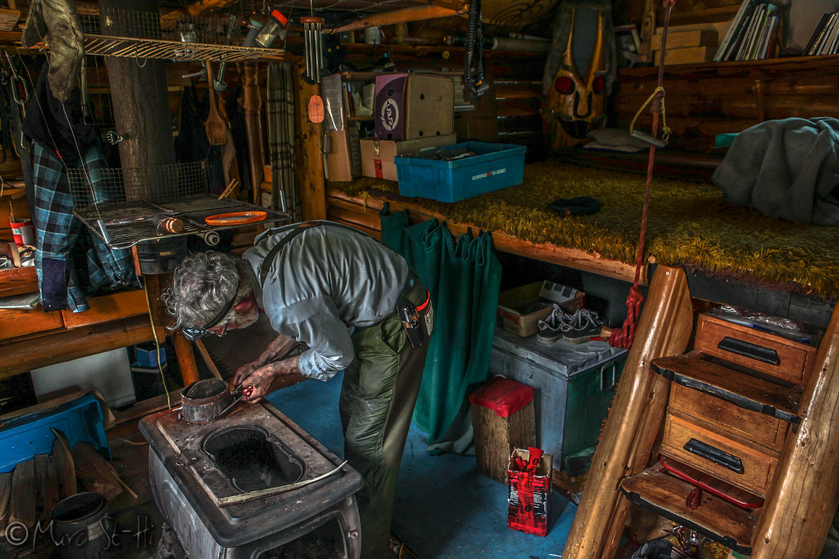 Pierre qui travaille sur le poêle.