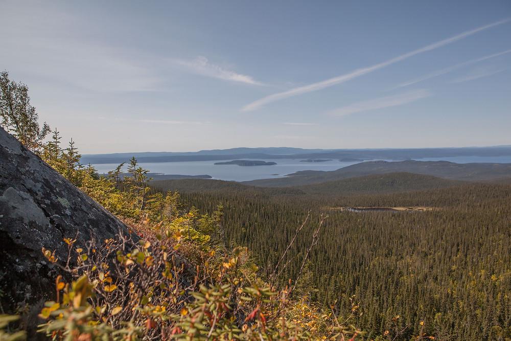 Prêt du sommet, on apperçoit le lac castor et le réservoir Manicouagan