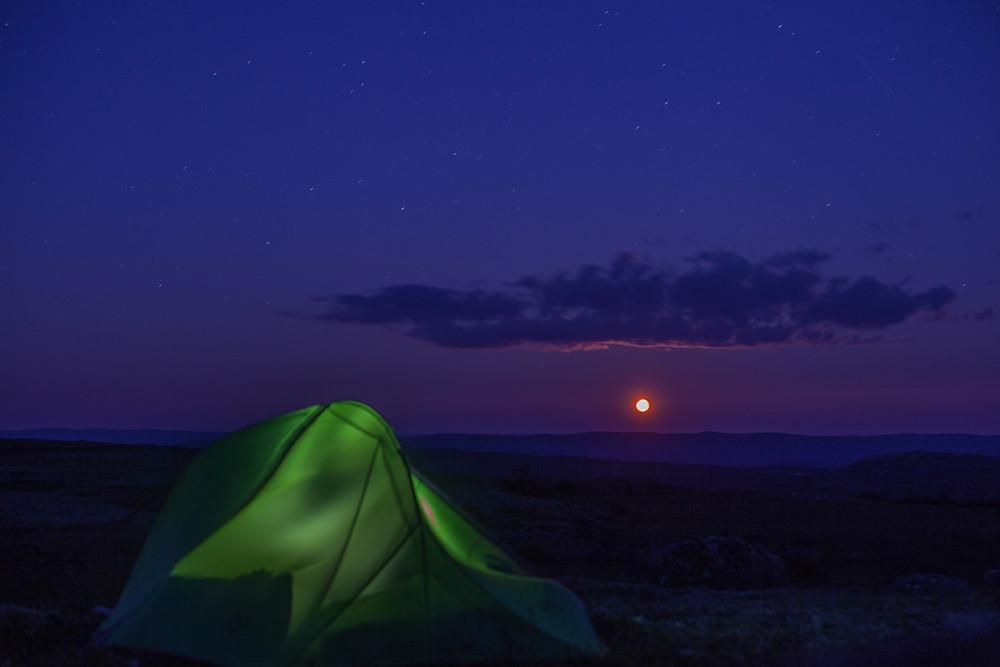 Un levé de lune de feu qui fut extraordinaire