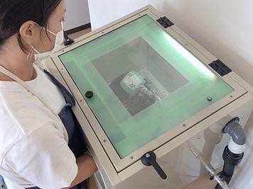 宮古島旅行にオススメ 琉球ガラス名入れ体験 名入れ作業.jpeg