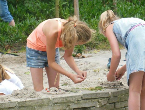 8+ in zandbak natuurlijk buitenspelen buroBlad